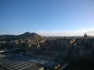Edinburghin vanhakaupunki Scottin monumentista kuvattuna. Taustalla Arthur's Seat. Kuva: Heta Koskue